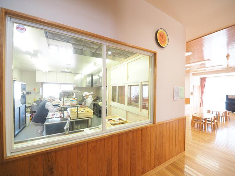 ガラス張りの自園給食室